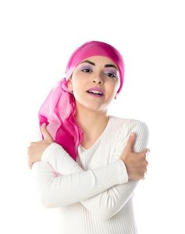 孤立したピンクのヘッドスカーフを身に着けている若いブルネットの女性
