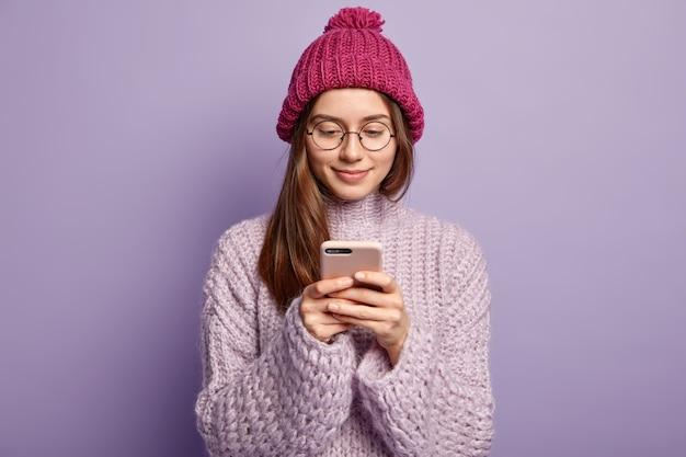 Молодая брюнетка женщина в фиолетовом свитере