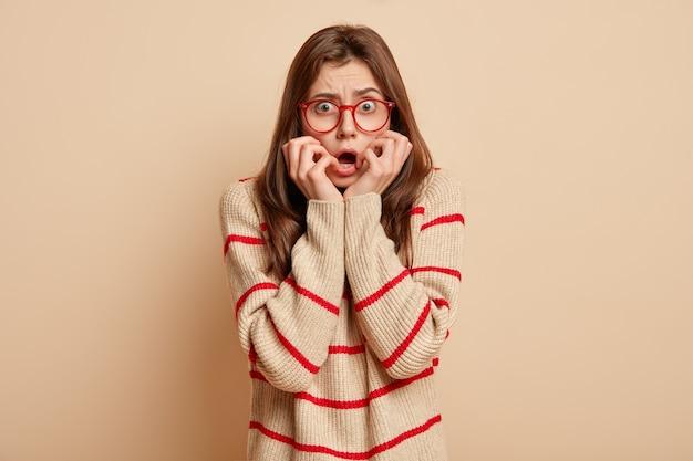 Giovane donna bruna che indossa occhiali rossi