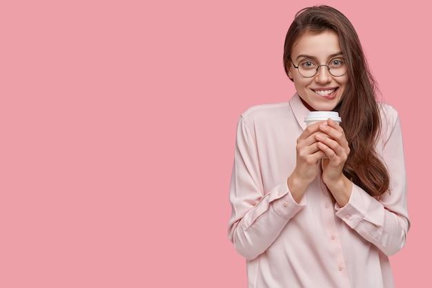 Camicia bianca da portare della giovane donna castana