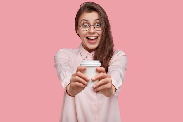 白いシャツを着ている若いブルネットの女性