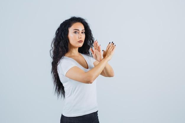 Giovane donna bruna con una maglietta bianca