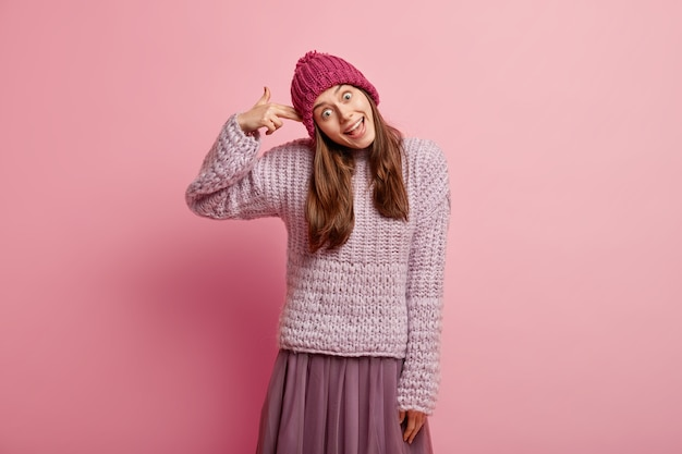 Giovane donna bruna in abiti invernali