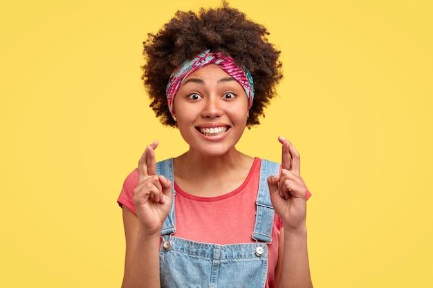 巻き毛とカラフルなバンダナを持つ若いブルネットの女性