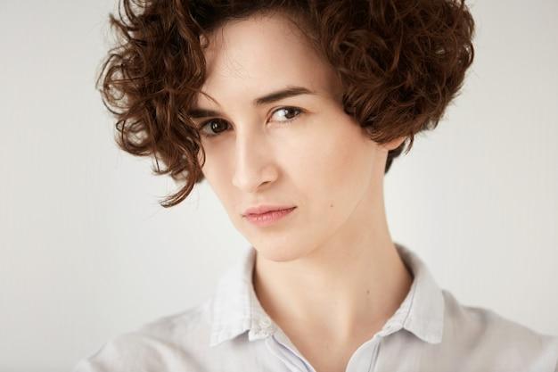 Молодая брюнетка женщина с вьющимися волосами