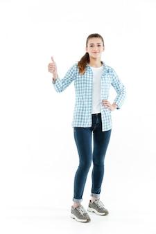 Молодая брюнетка молодая женщина, показывая большой палец вверх
