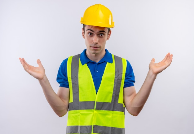 건설 유니폼과 안전 헬멧을 착용하는 젊은 작성기 남자 혼란
