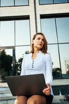 ノートブックを持つ若いビジネス女性