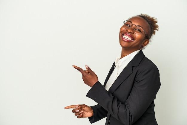 白い背景で隔離の若いビジネスアフリカ系アメリカ人の女性は、離れて人差し指を指して興奮しました。