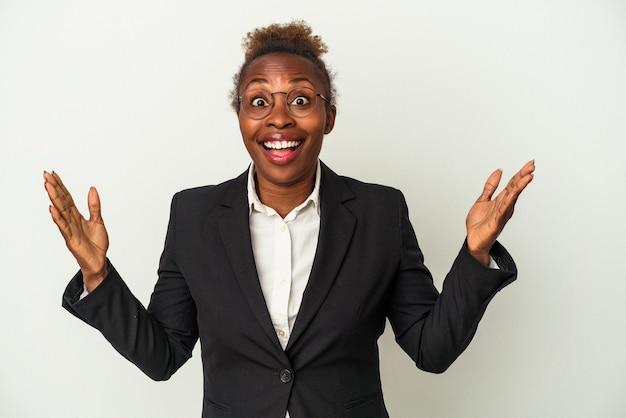 嬉しい驚きを受け取り、興奮し、手を上げる白い背景で隔離の若いビジネスアフリカ系アメリカ人女性。