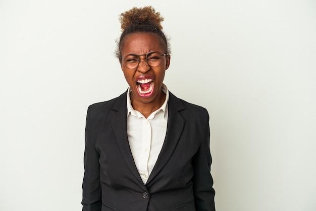 Афро-американских женщина молодой бизнес, изолированные на белом фоне кричать очень сердито и агрессивно.