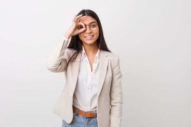 Молодой бизнес арабская женщина, изолированных на белом фоне, взволновала, держа в порядке жест на глазах.