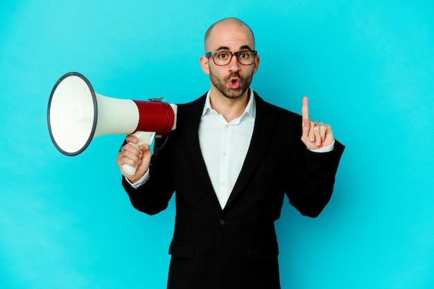 Молодой деловой лысый мужчина, держащий мегафон, изолировал, имея отличную идею, концепцию творчества.