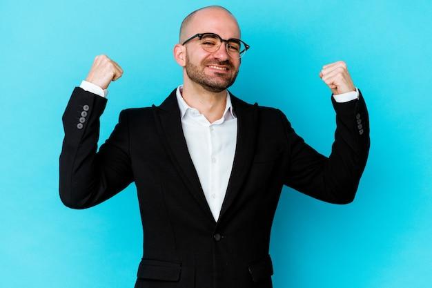 青の背景に孤立した若いビジネス白人ハゲ男は、のんびりと興奮して応援しています。勝利の概念。