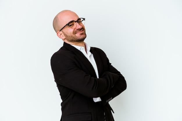 若いビジネス白人ハゲ男は青い背景で隔離幸せ、笑顔、陽気な。