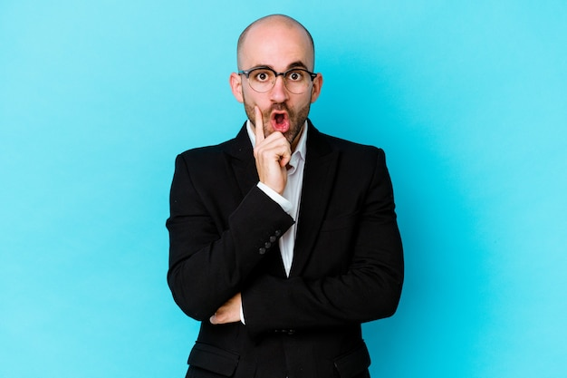 젊은 비즈니스 백인 대머리 남자 몇 가지 좋은 아이디어, 창의성의 개념을 가지고 파란색 배경에 고립.