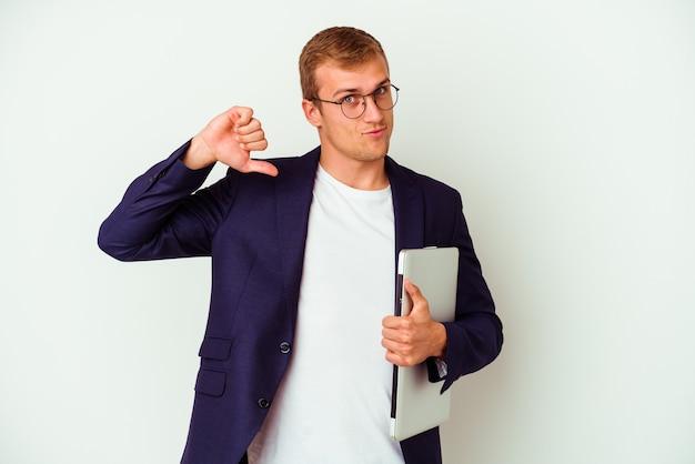 白い背景にラップトップを持っている若いビジネス白人男性は、誇りと自信を持って、従うべき例を感じています。