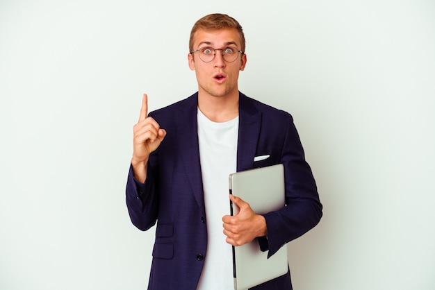 いくつかの素晴らしいアイデア、創造性の概念を持つ白い背景に分離されたラップトップを保持している若いビジネス白人男性。