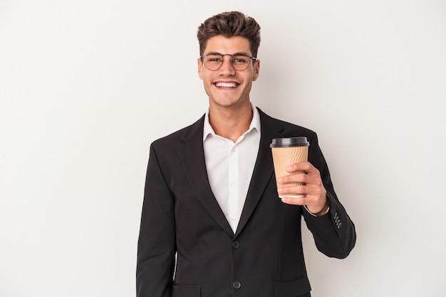 保持している若いビジネス白人男性は、幸せ、笑顔、陽気な白い背景で隔離のコーヒーをテイクアウトします。
