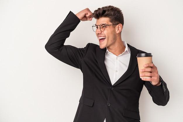 保持している若いビジネス白人男性は、勝利、勝者の概念の後に拳を上げる白い背景で隔離のコーヒーを奪う。