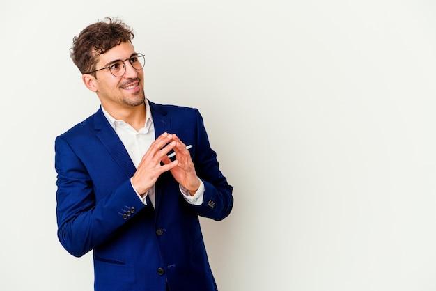 젊은 비즈니스 백인 남자는 아이디어를 설정 마음에 계획을 만드는 흰색 배경에 고립.