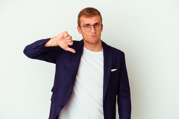 Молодой деловой человек кавказской изолирован на белом, показывая жест неприязни, пальцы вниз