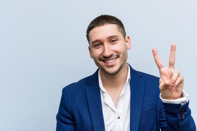 指で番号2を示す若いビジネス白人男性。