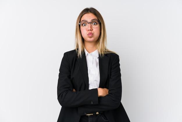 Молодой бизнес кавказская женщина дует щеки, устал выражение. концепция выражения лица.