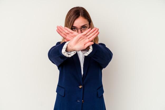 Молодая деловая кавказская женщина делает жест отрицания