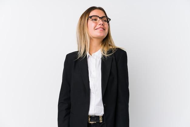Молодая деловая кавказская женщина мечтает о достижении целей и задач