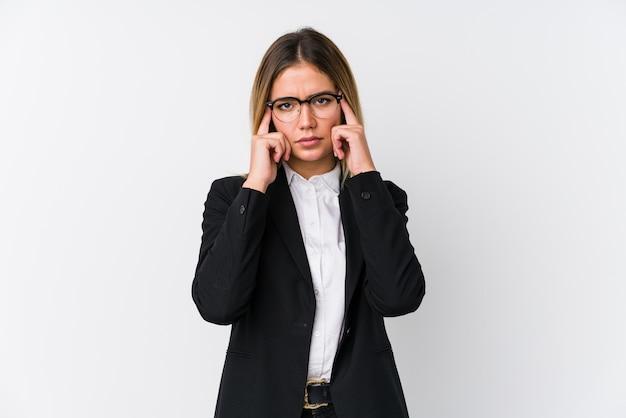 Кавказская женщина молодой бизнес сосредоточилась на задаче, держа указательные пальцы, указывая головой.