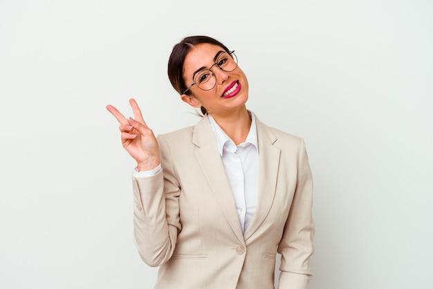 指で平和のシンボルを示す、楽しくてのんきな白い背景で隔離の若いビジネス白人女性。
