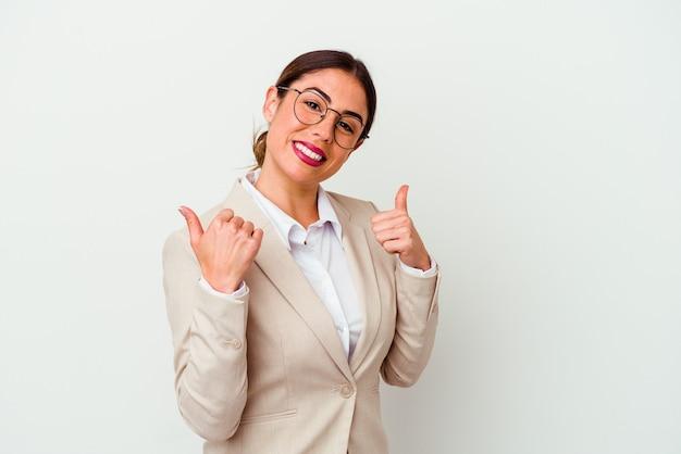 笑顔と自信を持って、両方の親指を上げて白い背景で隔離の若いビジネス白人女性。