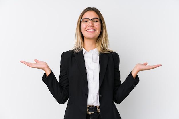 若いビジネス白人女性は腕で体重計を作り、幸せで自信を持っています。