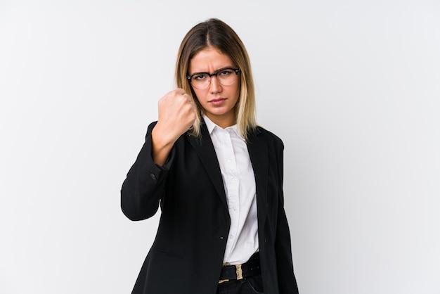 Женщина молодого дела кавказская показывая кулак