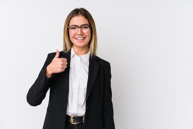 若いビジネス白人女性の笑みを浮かべて、親指を上げる