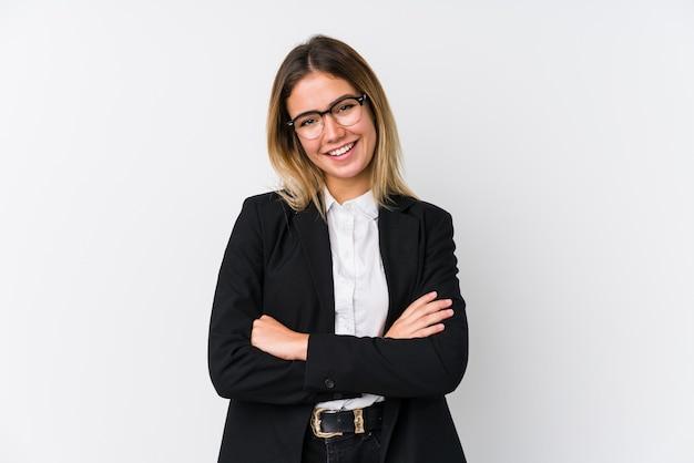 Кавказская женщина молодой бизнес, которая чувствует себя уверенно, скрестив руки с решимостью.