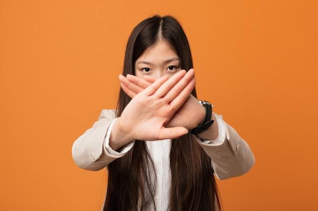 거부 제스처를 하 고 젊은 비즈니스 중국 여자