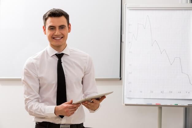 若いビジネスコーチ野心的な男の成功したキャリアリスト