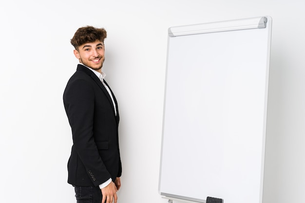 若いビジネスコーチングアラビア人はさておき、笑顔で明るく陽気です。