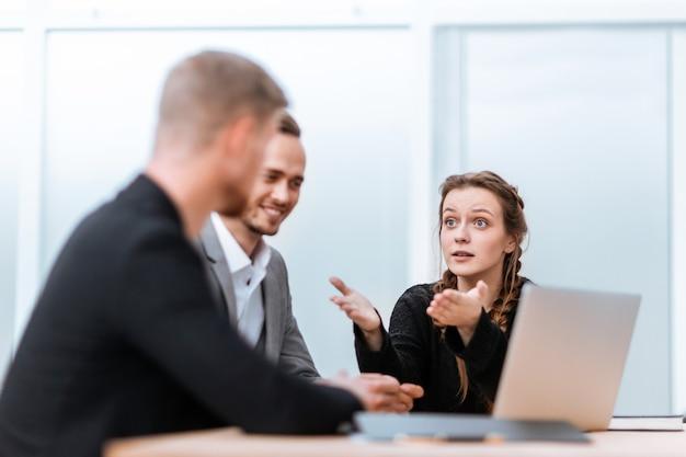 사무실 책상에 앉아 있는 젊은 비즈니스 동료