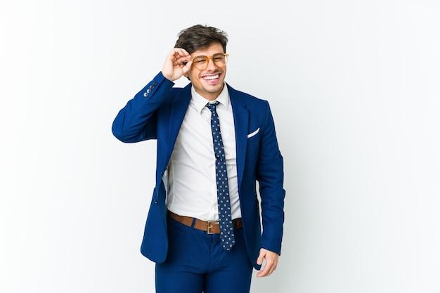 Молодой бизнес крутой мужчина взволнован, держа в порядке жест на глазах.