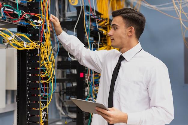 Молодой бизнес-инженер с планшетным медиумом