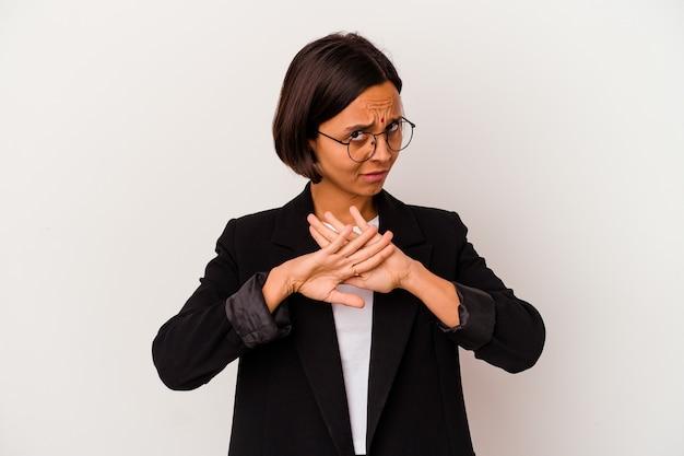 거부 제스처를 하 고 흰색 배경에 고립 된 젊은 비즈니스 인도 여자