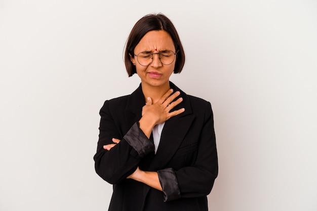 흰색 배경에 고립 된 젊은 비즈니스 인도 여자는 바이러스 또는 감염으로 인해 목에 통증을 앓고 있습니다.