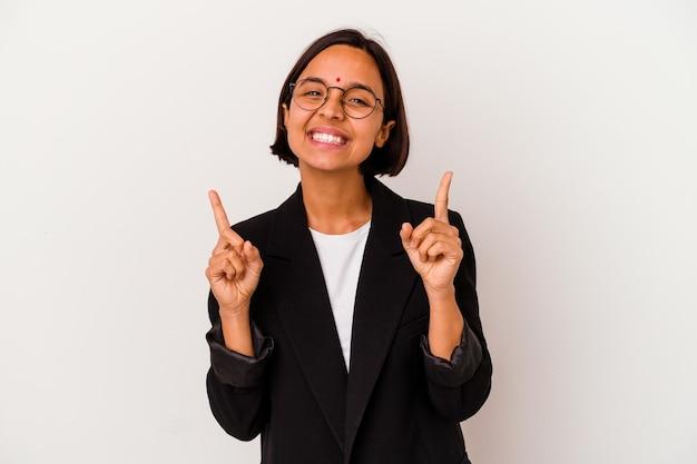 흰색에 고립 된 젊은 비즈니스 인도 여자 빈 공간을 보여주는 위로 두 앞 손가락으로 나타냅니다.