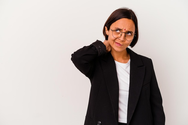 頭の後ろに触れて、考えて、選択をする白に孤立した若いビジネスインドの女性。
