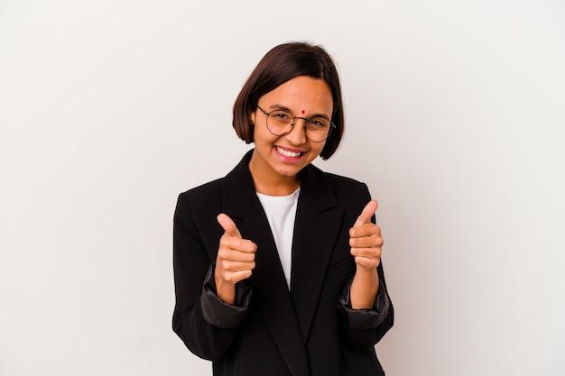 Индийская женщина молодого дела изолированная на белизне с большими пальцами руки вверх, приветствует что-то, поддерживает и уважает концепцию.