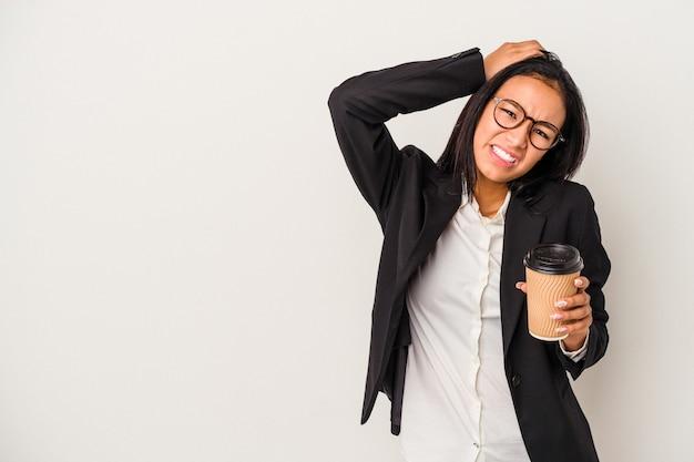 ショックを受けている白い背景で隔離のテイクアウトコーヒーを保持している若いビジネスラテン女性、彼女は重要な会議を思い出しました。