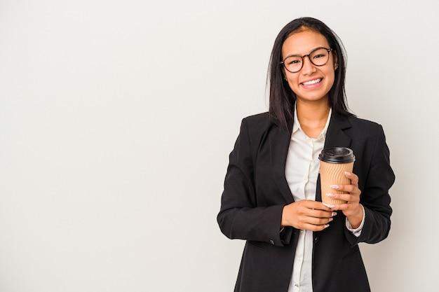 幸せ、笑顔、陽気な白い背景で隔離のテイクアウトコーヒーを保持している若いビジネスラテン女性。